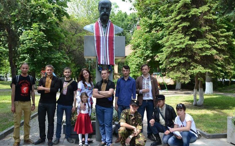 В Ужгороді пам'ятники вбрали у вишиванки