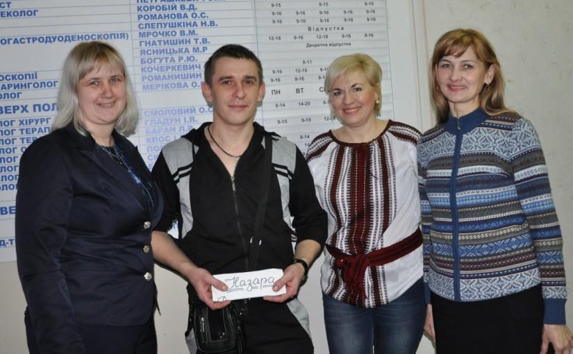 Яворинки провідали пораненого на війні Назара Романишина й передали йому кошти на лікування