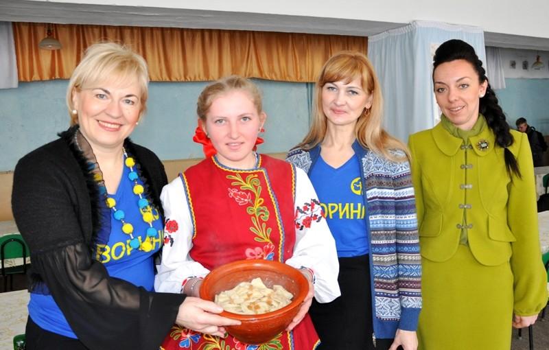 В Олеську яворинки та ліцеїстки продавали вареники, щоб підтримати пораненого на війні земляка