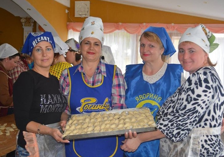 На Хмельниччині волонтерки наліпили 170 кг вареників для військових
