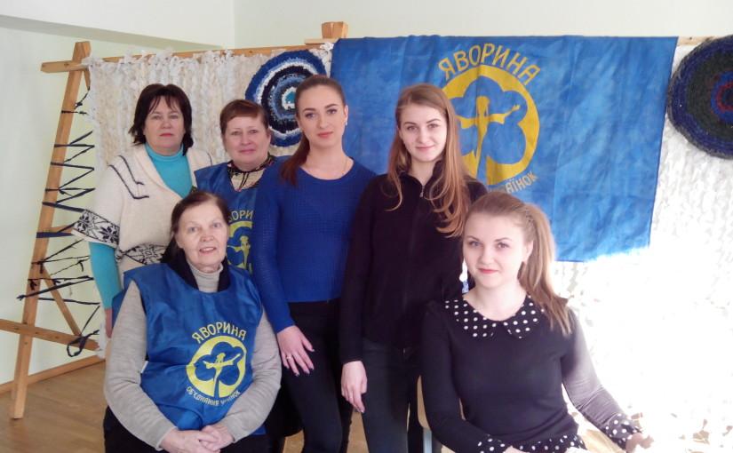 Київська «Яворина» мобілізує жіноцтво на плетення маскувальних сіток для фронту